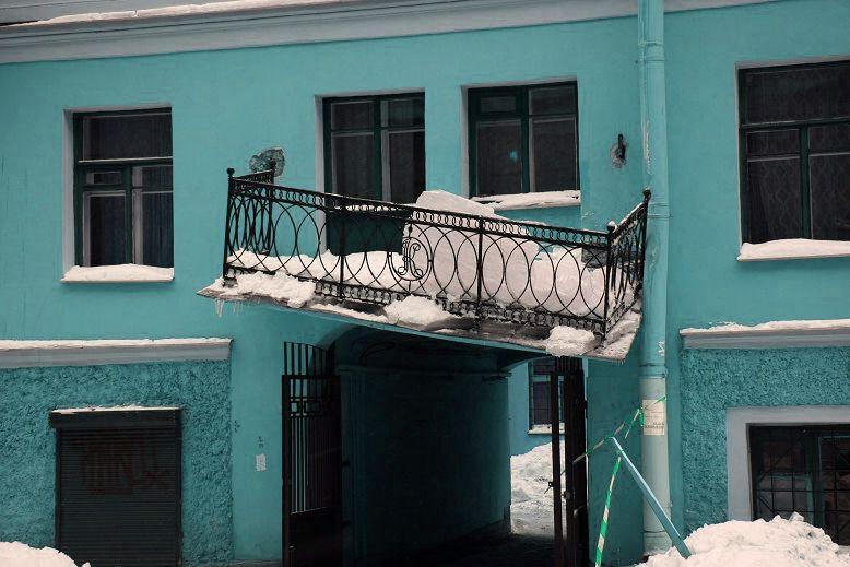Привернул козырек к балкону - взял ответственность на себя.